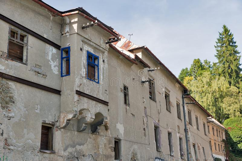 Casa desolated velha em Banska Stiavnica, Eslováquia fotografia de stock
