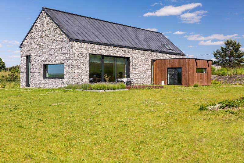 Casa destacada com elevação de pedra foto de stock royalty free