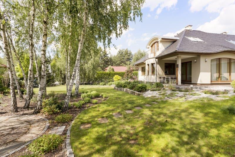 Casa destacada elegante com jardim verde imagens de stock royalty free