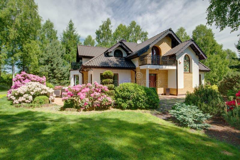 Casa destacada moderna imagem de stock royalty free