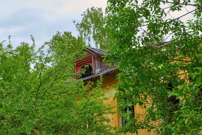 Casa destruída velha da janela do sótão foto de stock royalty free