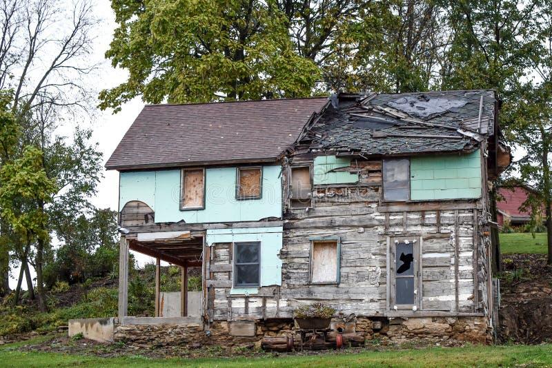 Casa destruida, resistida, dilapidada necesitando la reparación foto de archivo