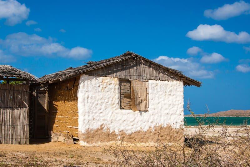 Casa di adobe tradizionale accanto al mare immagini stock