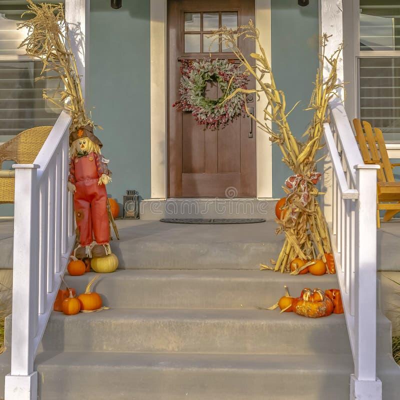 Casa di alba con il balcone delle scale e la porta marrone immagini stock