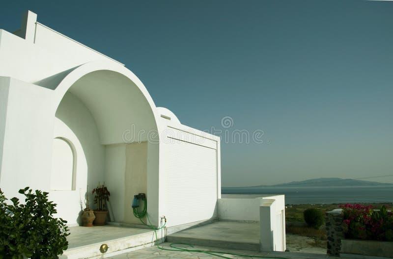 Casa di architettura greca delle Cicladi con la vista egea fotografie stock libere da diritti