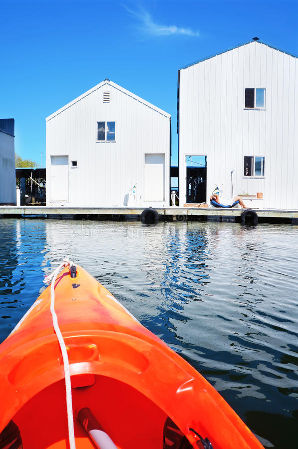 Casa di barca a Tacoma, WA e kajak arancio immagine stock