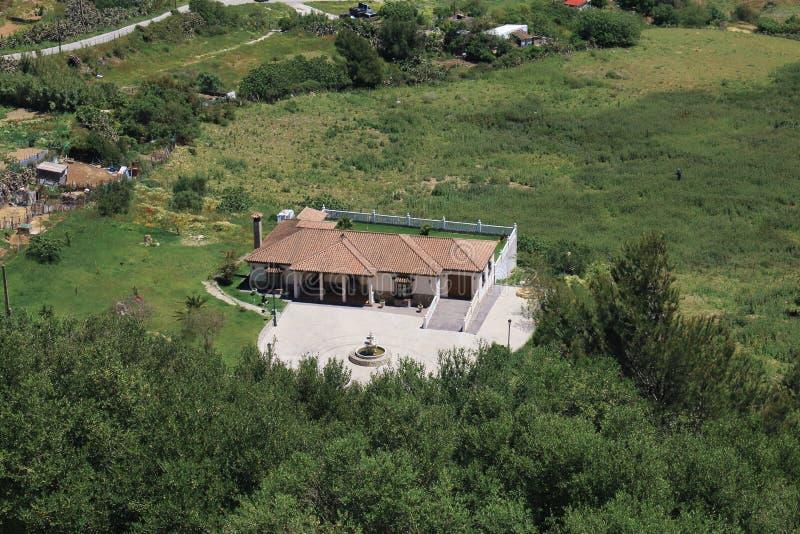 Casa di campagna circondata da pianta immagine stock