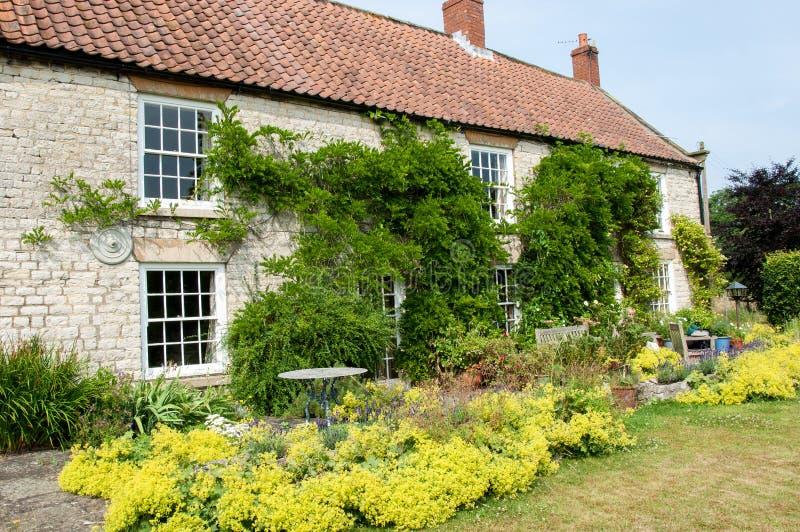 Casa di campagna con il giardino fotografia stock libera da diritti