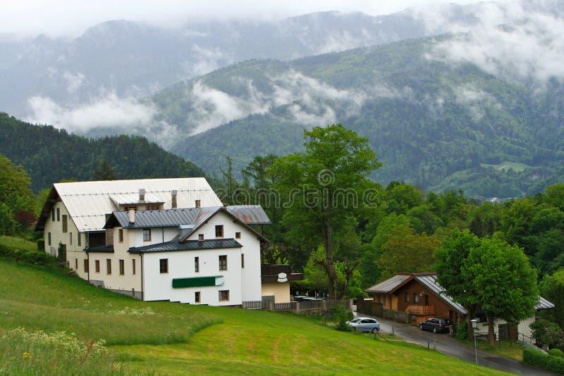 Casa di campagna della montagna fotografia stock for Architettura della casa di campagna