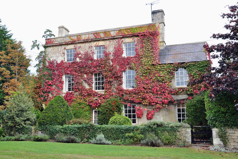 Casa di campagna e giardino immagini stock libere da diritti