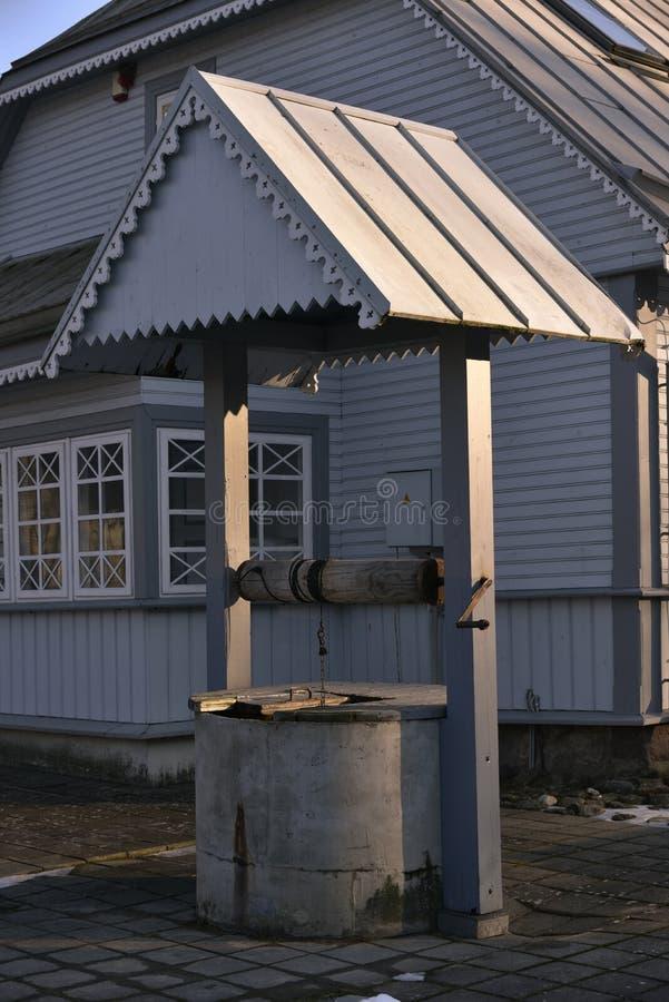 Casa di campagna e pozzo tradizionali fotografia stock for Piani di casa tradizionali