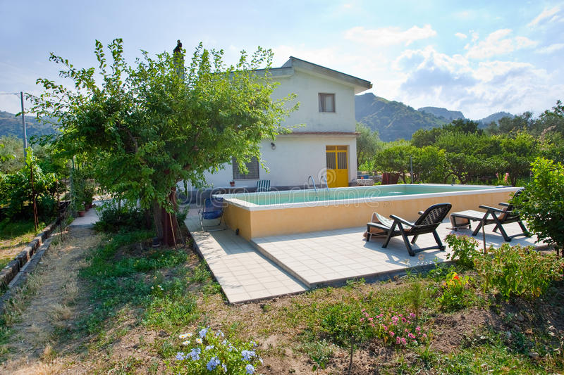 Casa di campagna moderna in sicilia fotografia stock for Casa moderna in campagna
