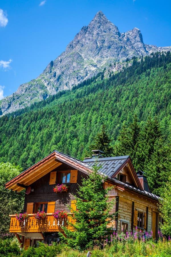 Casa di campagna tradizionale nelle alpi degli switzerlands fotografia stock