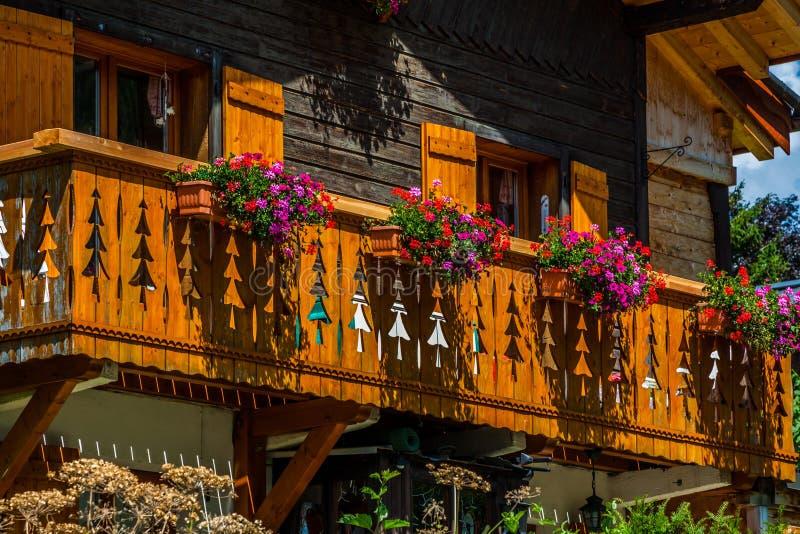 Casa di campagna tradizionale nelle alpi degli switzerlands immagine stock
