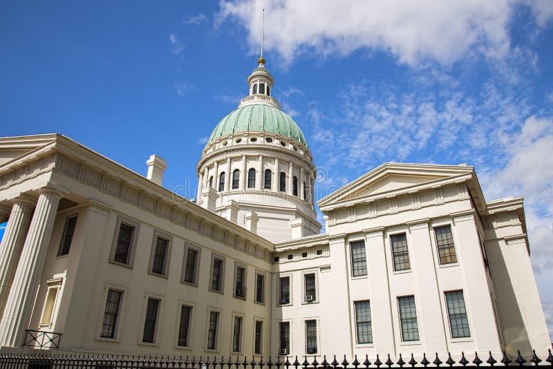 Casa di corte, cupola di costruzione, cielo, nuvole, immagini stock libere da diritti