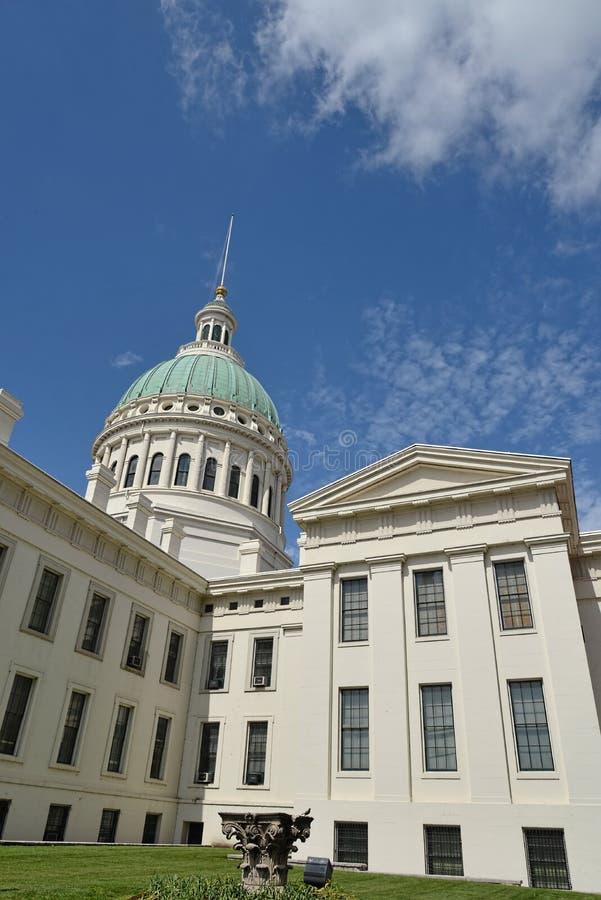 Casa di corte, cupola di costruzione, cielo, nuvole, fotografie stock libere da diritti