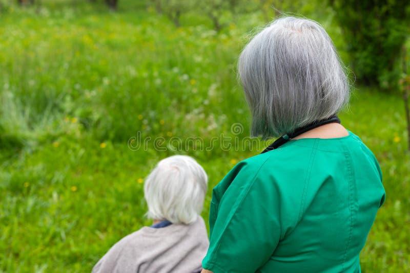 Casa di cura per anziano - passeggiata all'aperto fotografia stock