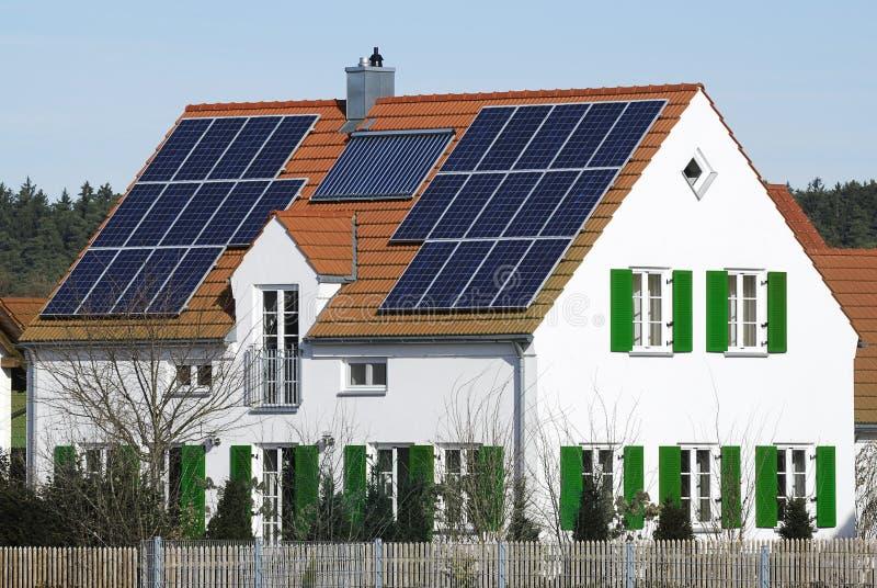 Casa di energia alternativa fotografia stock libera da diritti