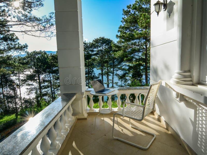 Casa di estate di lusso con i pini immagine stock libera da diritti