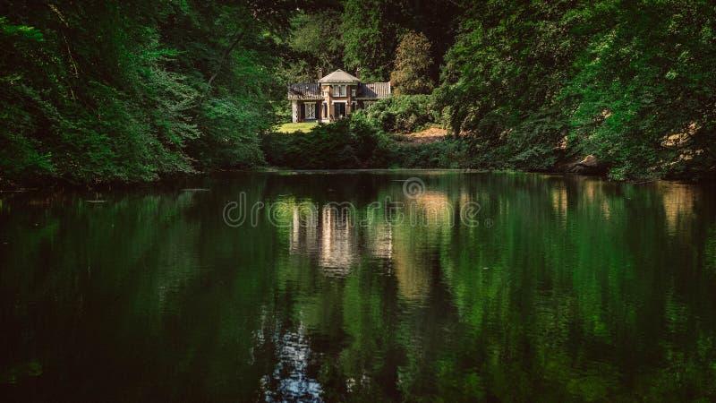 Casa di estate nel lago fotografie stock libere da diritti