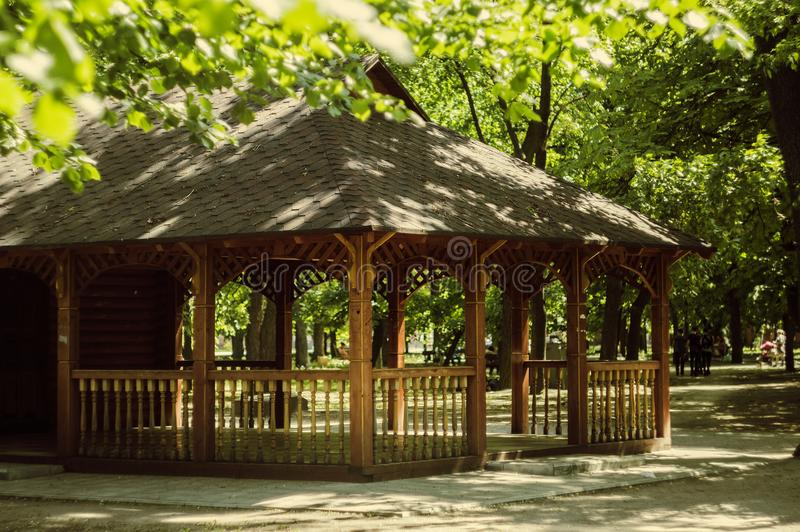 Casa di estate stagionata nel parco per resto intellettuale immagine stock libera da diritti