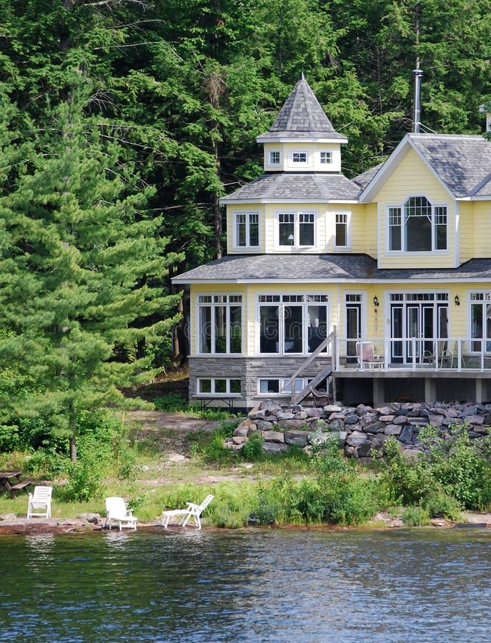 Casa di estate su un fiume fotografie stock