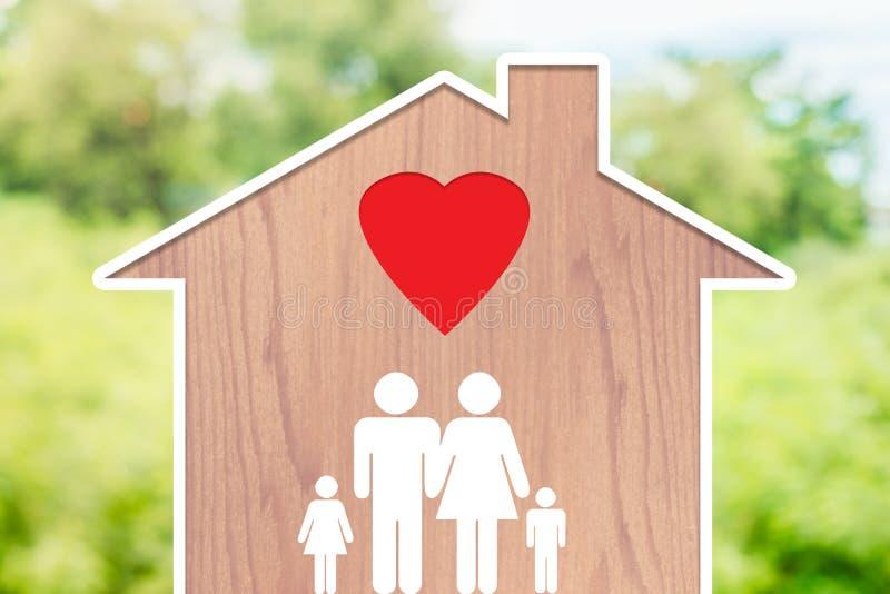 Casa di famiglia con il papà, la mamma ed i bambini con le icone di amore su uno sfondo naturale fotografia stock libera da diritti