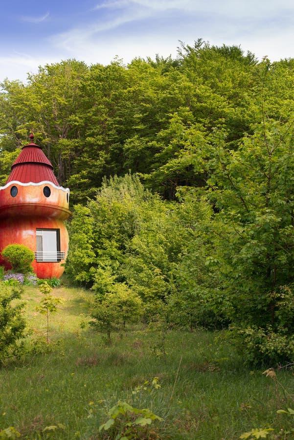 Casa di fiaba nella foresta al bordo fotografie stock