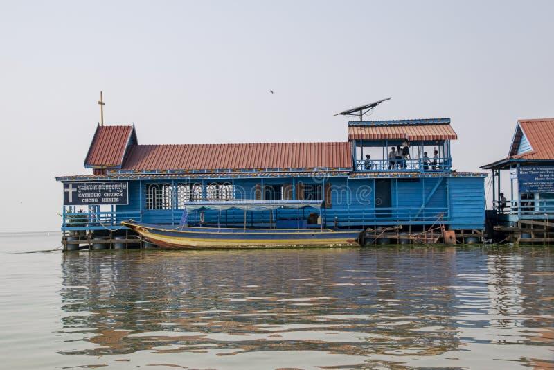 Casa di galleggiamento della scuola e della chiesa Gioco di bambini sul piano superiore fra le loro lezioni fotografia stock libera da diritti