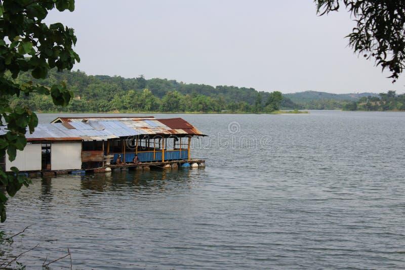 Casa di galleggiamento sul lago Cacaban, Tegal Regency, Indonesia immagini stock