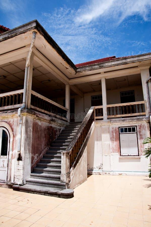 Casa di legno bianca moderna della scala fotografia stock for Architettura moderna della casa