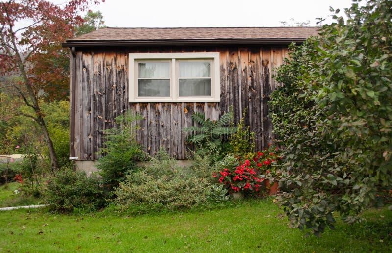 Casa di legno circondata da erba fotografia stock libera da diritti