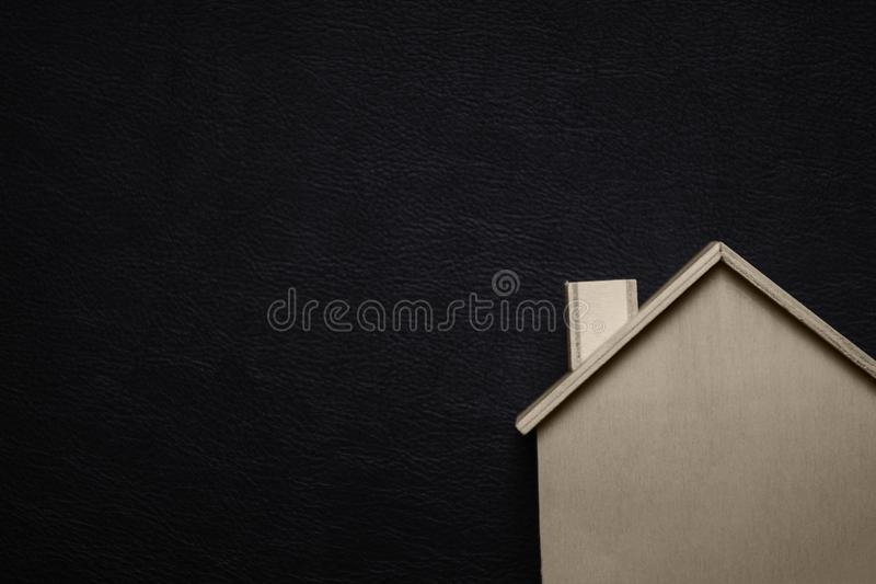 Casa di legno con fondo nero Concetto domestico dolce domestico Idea e tema creativo Tema della costruzione e di struttura fotografia stock
