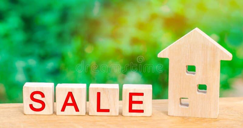 Casa di legno con il ` di vendita del ` dell'iscrizione vendita della proprietà, casa, bene immobile Alloggiamento acquistabile fotografia stock libera da diritti