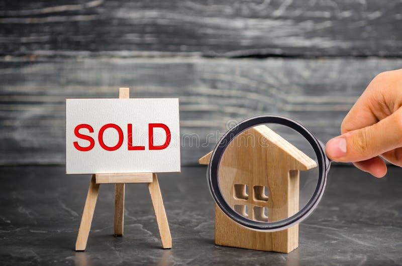 """Casa di legno con l'iscrizione """"venduta """" vendita della proprietà, casa Alloggiamento acquistabile Vendita degli appartamenti age fotografia stock libera da diritti"""