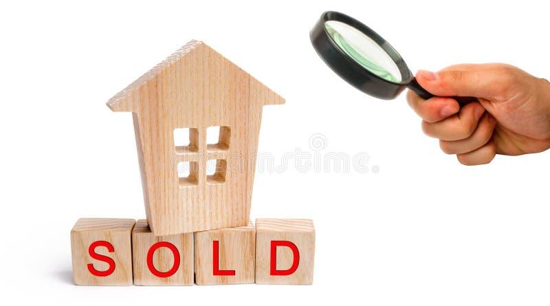 Casa di legno con l'iscrizione venduta su fondo isolato bianco vendita della proprietà, casa Alloggiamento acquistabile Vendita d immagine stock