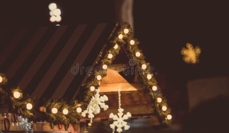 Casa di legno con la decorazione di Natale fotografia stock libera da diritti