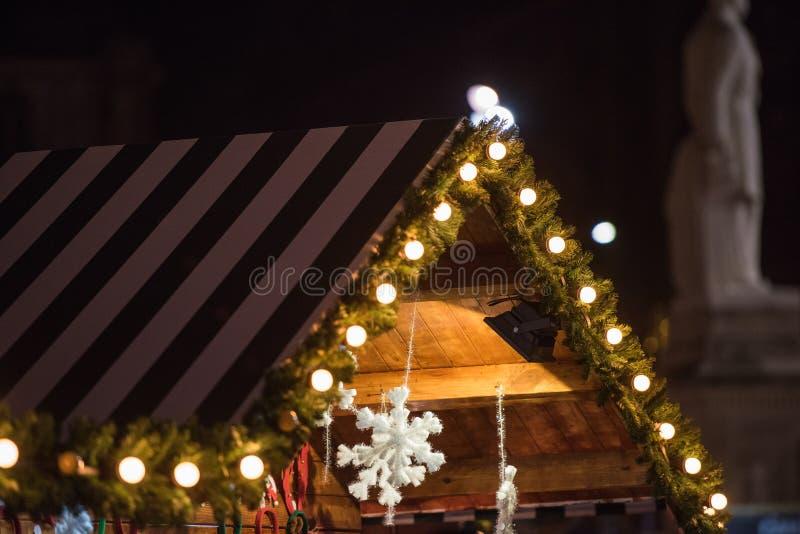 Casa di legno con la decorazione di Natale fotografie stock libere da diritti