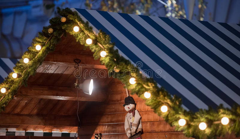 Casa di legno con la decorazione di Natale immagine stock libera da diritti