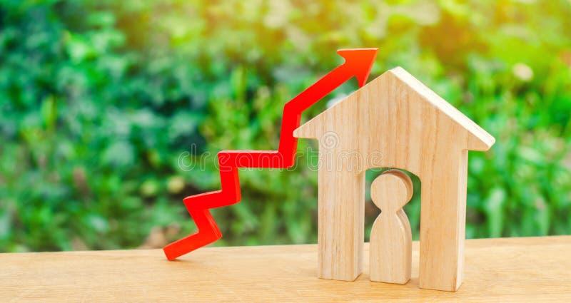 Casa di legno con un uomo dentro concetto di molto richiesto per il bene immobile/proprietà aumenti il rendimento energetico di a fotografia stock libera da diritti