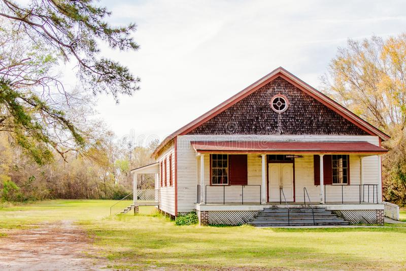 Casa di legno costruita in un grande campo verde immagini stock libere da diritti