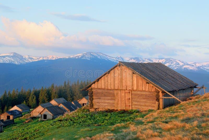 Casa di legno dei pastori in montagne fotografie stock libere da diritti