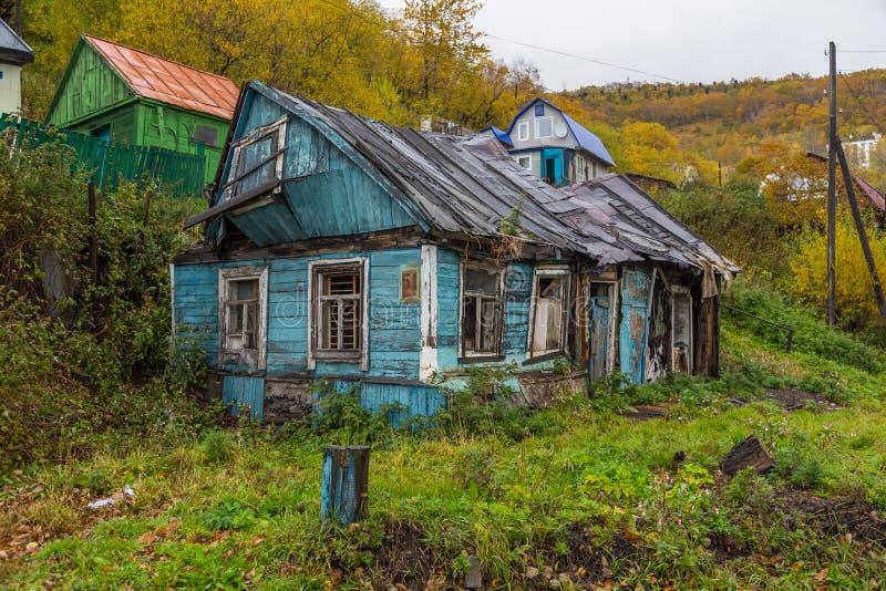 Casa di legno, distrutta, vecchia in Petropavlovsk-Kamcatskij, penisola di Kamchatka, Russia fotografia stock