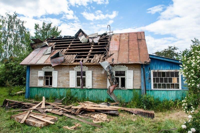 Casa di legno dopo un fuoco fotografie stock libere da diritti