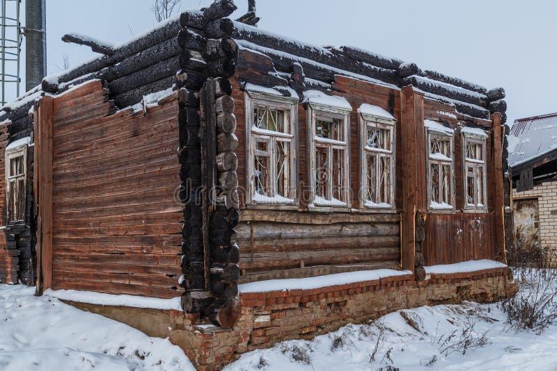 Casa di legno di emergenza dopo un fuoco immagini stock