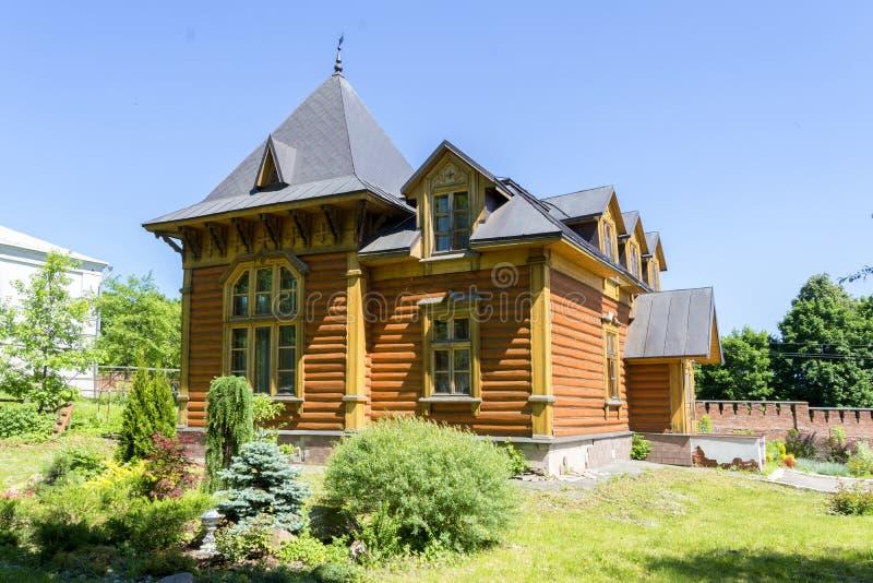 Casa di legno di estate fatta dei ceppi immagine stock libera da diritti
