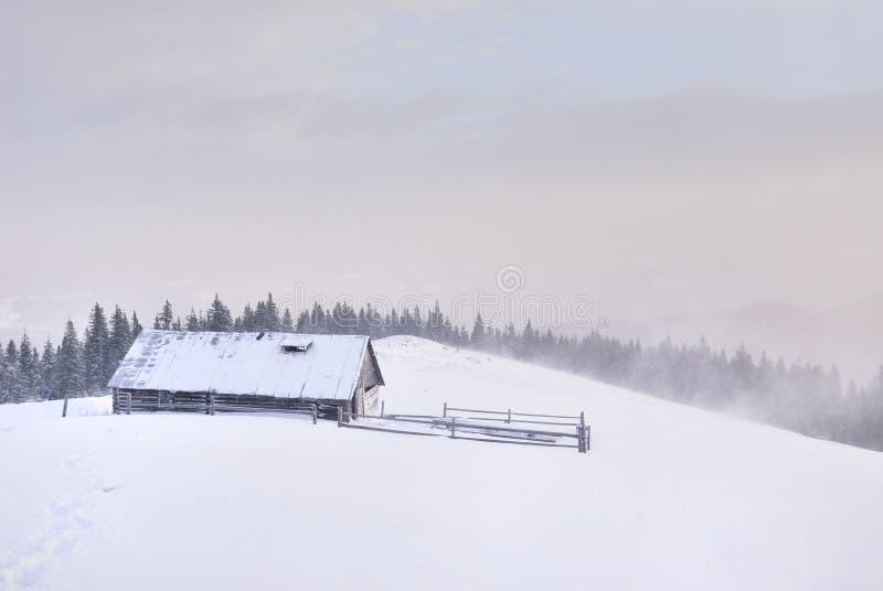 Casa di legno nei mounains fotografia stock