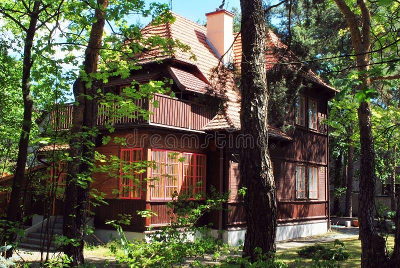 Casa di legno nel legno fotografia stock libera da diritti