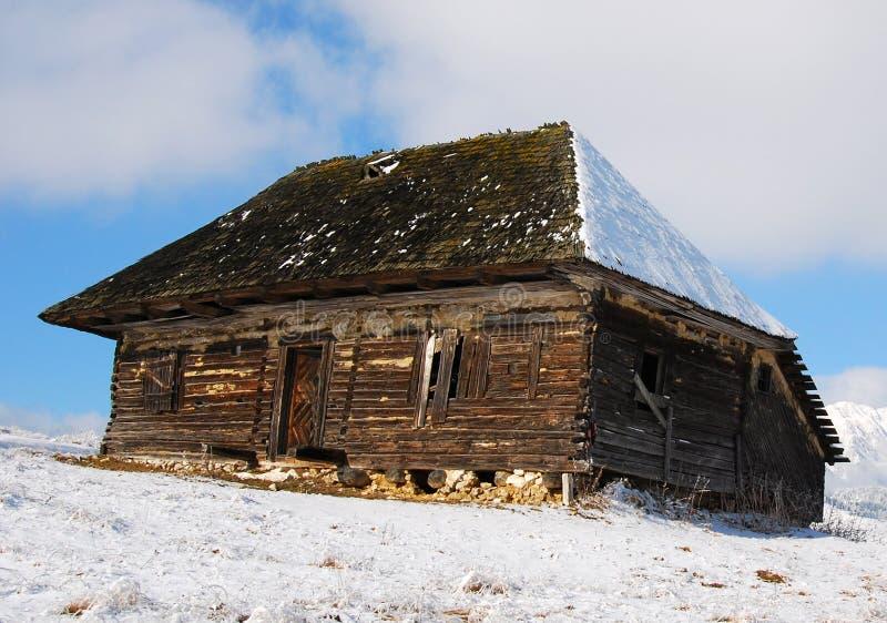 Casa di legno nel paesaggio di inverno immagine stock for Case di legno romania