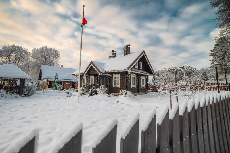 casa di legno nell'inverno con neve immagini stock